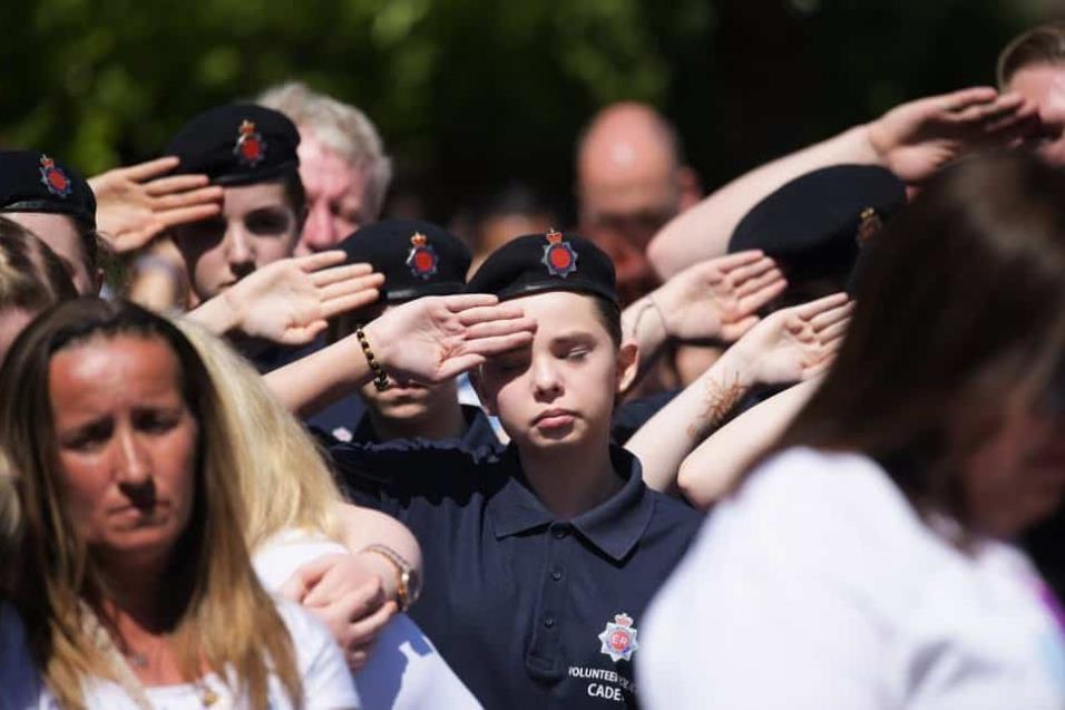 Los cadetes saludan durante el minuto de silencio convocado frente a la Catedral de Manchester. LEON NEAL GETTY IMAGES