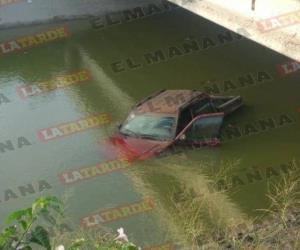 Cae camioneta a canal  Rodhe en Reynosa; conductor la abandona