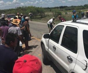 Cierran carretera en demanda de posponer veda de camarón, en Matamoros