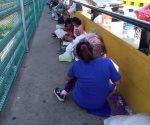 Permanecen varados en cruce internacional. Solicitan centroamericanos asilo en EU