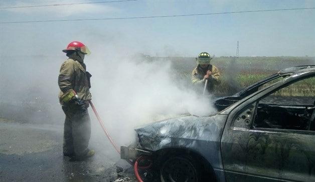 Reduce fuego Van en cenizas. Arde Dodge Caravan en carretera