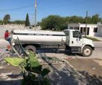 Llevan en pipas agua a escuelas