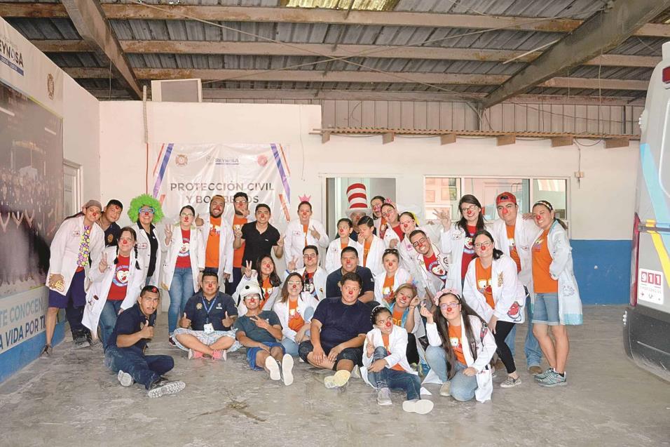 AGRADECIDOS. Voluntarios del H. Cuerpo de Bomberos de Reynosa agradecieron la visita de los Doctores de la Risa en la estación.