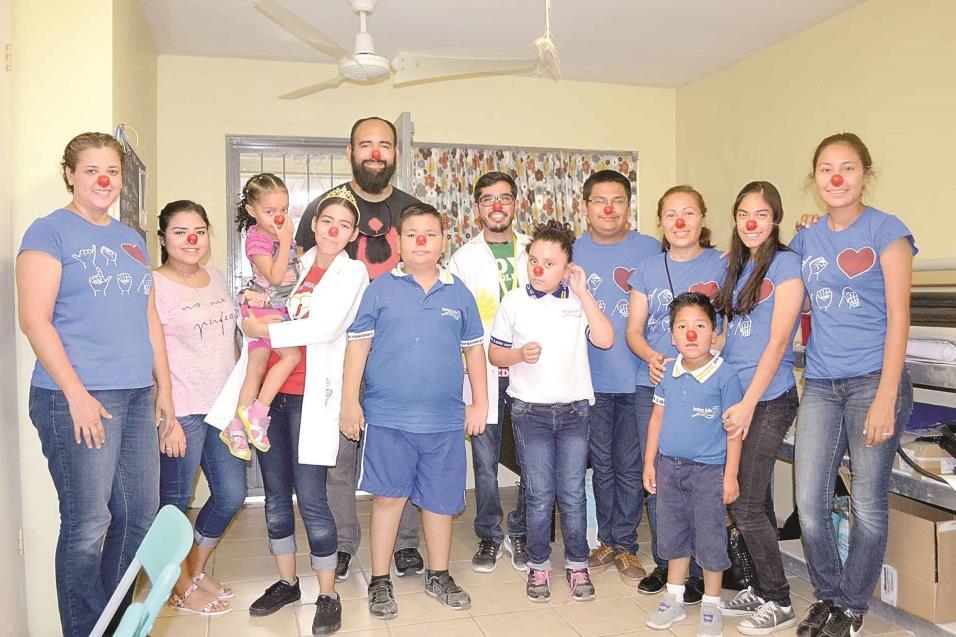 ALEGRES. Repartiendo narices rojas en el Instituto Isaías 55, donde se imparten clases de Lengua de Señas Mexicana a niños y jóvenes con discapacidad auditiva.