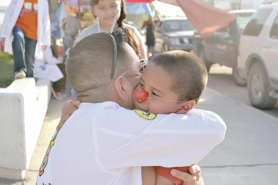 DR. COMETÍN (David Moreno) abraza cálidamente a Fidel, un pequeñito que acompañaba a su familia en el Hospital General de Reynosa.