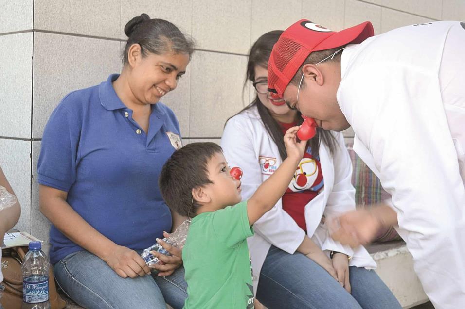 UN PEQUEÑITO toca la nariz roja del Dr. Cejas (Miguel Jardines), quien reacciona divertido ante el sonido de la nariz.