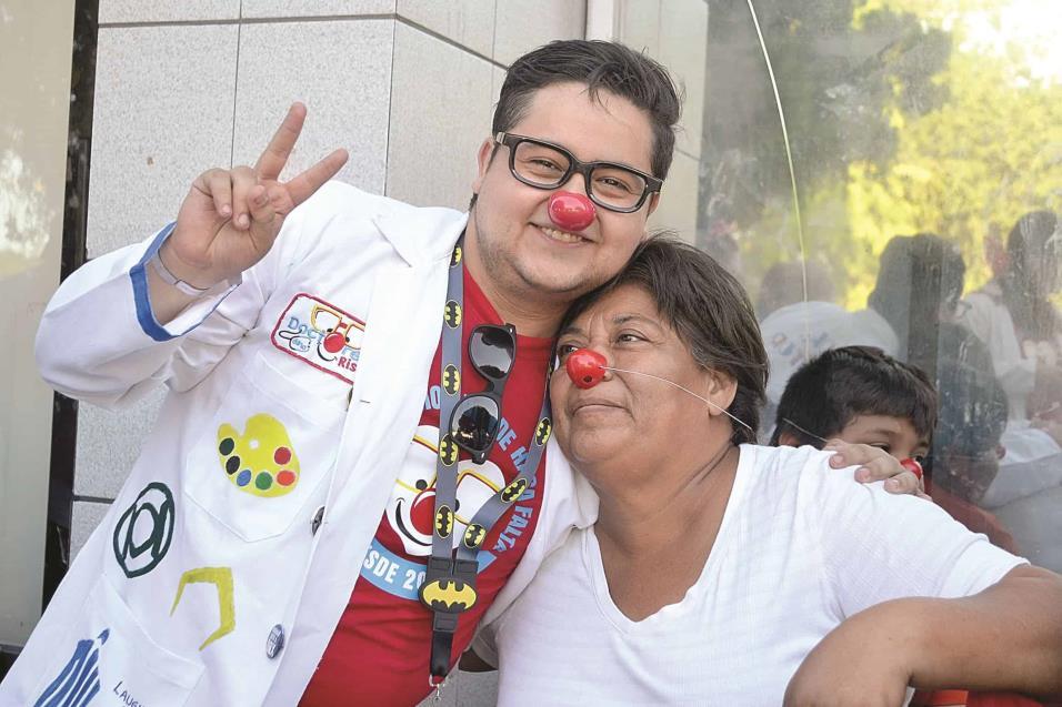 DR. PINTOR (Armando Pintor) visita a familiares de pacientes del Hospital General Reynosa, regalando naricess rojas para brindar alegría y consuelo a las personas.