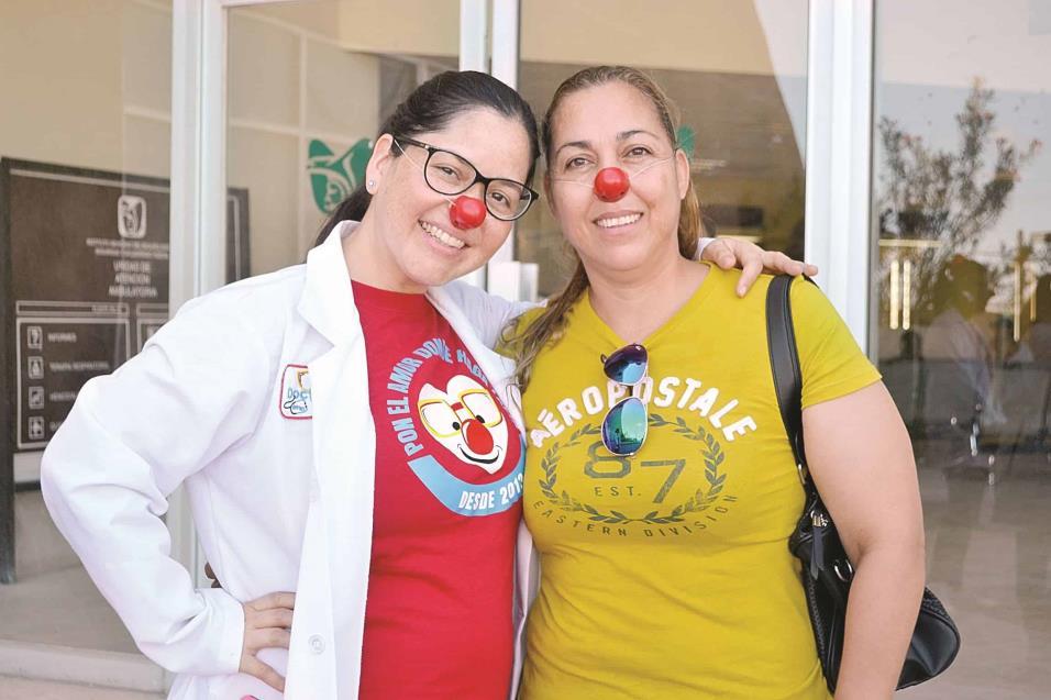 DRA. PEQUITAS (Alicia García Balderas) recibe abrazos y regala narices rojas a pacientes y familiares que acuden a la Unidad de Medicina Ambulatoria del IMSS.