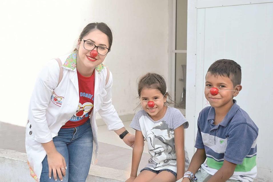 DRA. TUTSI (Nailea Arredondo) convive con dos pequeñitos que acompañaban a su familia, logrando hacerlos sonreír pese a las adversidades que se enfrentan en el hospital.