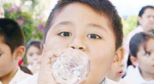 Exhortan a no tomar agua en exceso