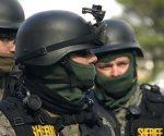 Hombre hiere a policía y  toma a cuatro niños rehenes en EU