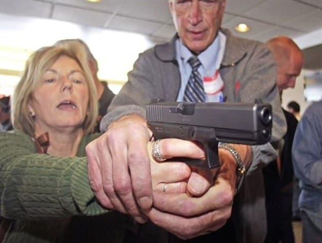 Armarán a civiles en las escuelas