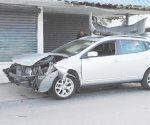 Choque deja daños en 3 autos y una casa