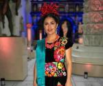 Luce traje de tehuana en exposición de Frida Kahlo