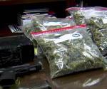 Atrapan 2 jóvenes con arma y drogas. Catean casa en Álamo