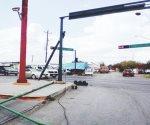 Tráiler daña semáforo en Nuevo Laredo