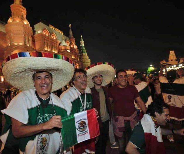 Resultado de imagen para MEXICANOS EN PLAZA ROJA DE MOSCU, TRAS TRIUNFO DE MEXICO ANTE ALEMANIA