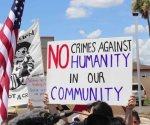Protestan contra separación de familias, frente a albergue