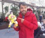 Emocionado por que le regalan piñata en Rusia