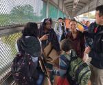 Continúan varadas familias extranjeras. Permanecen en área del Puente Nuevo