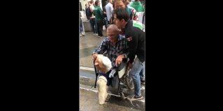 Sujeto ataca a discapacitado por usar mascara de AMLO en Rusia