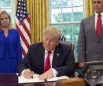 Trump firma orden para frenar separación de familias