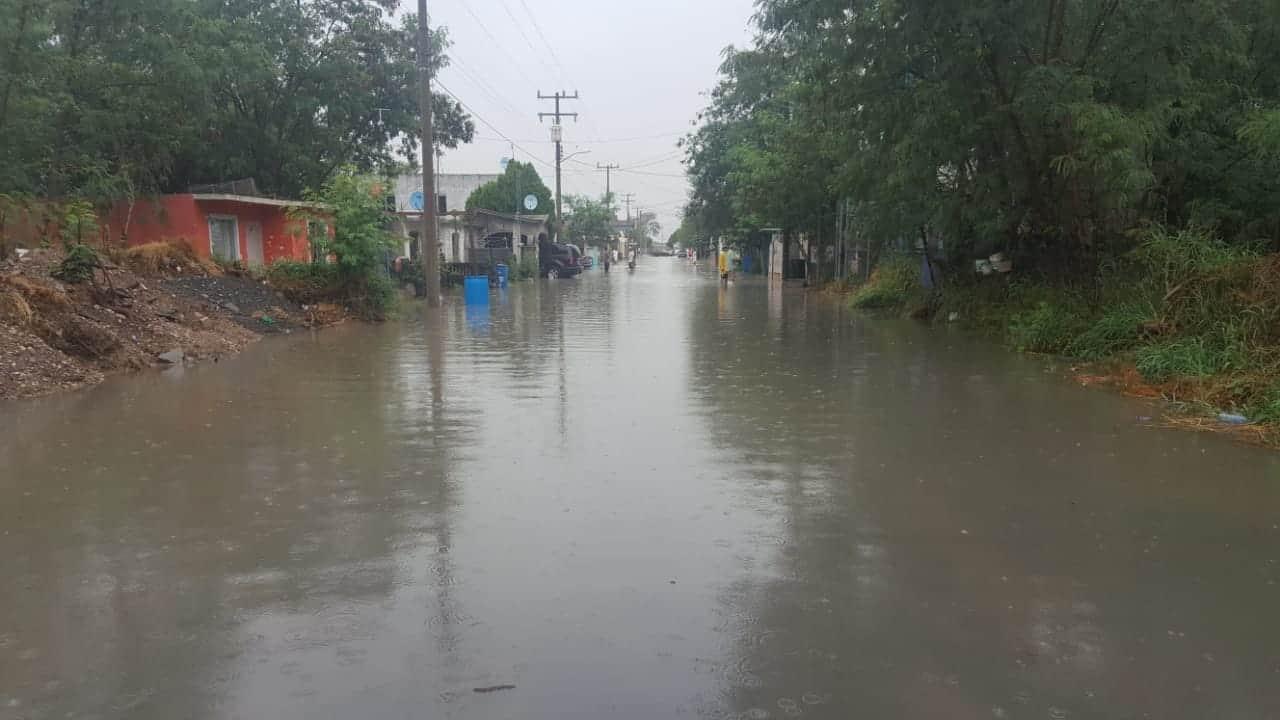 INVADIDAS. En la colonia Lemus, de Camargo, el agua penetró a numerosas viviendas.
