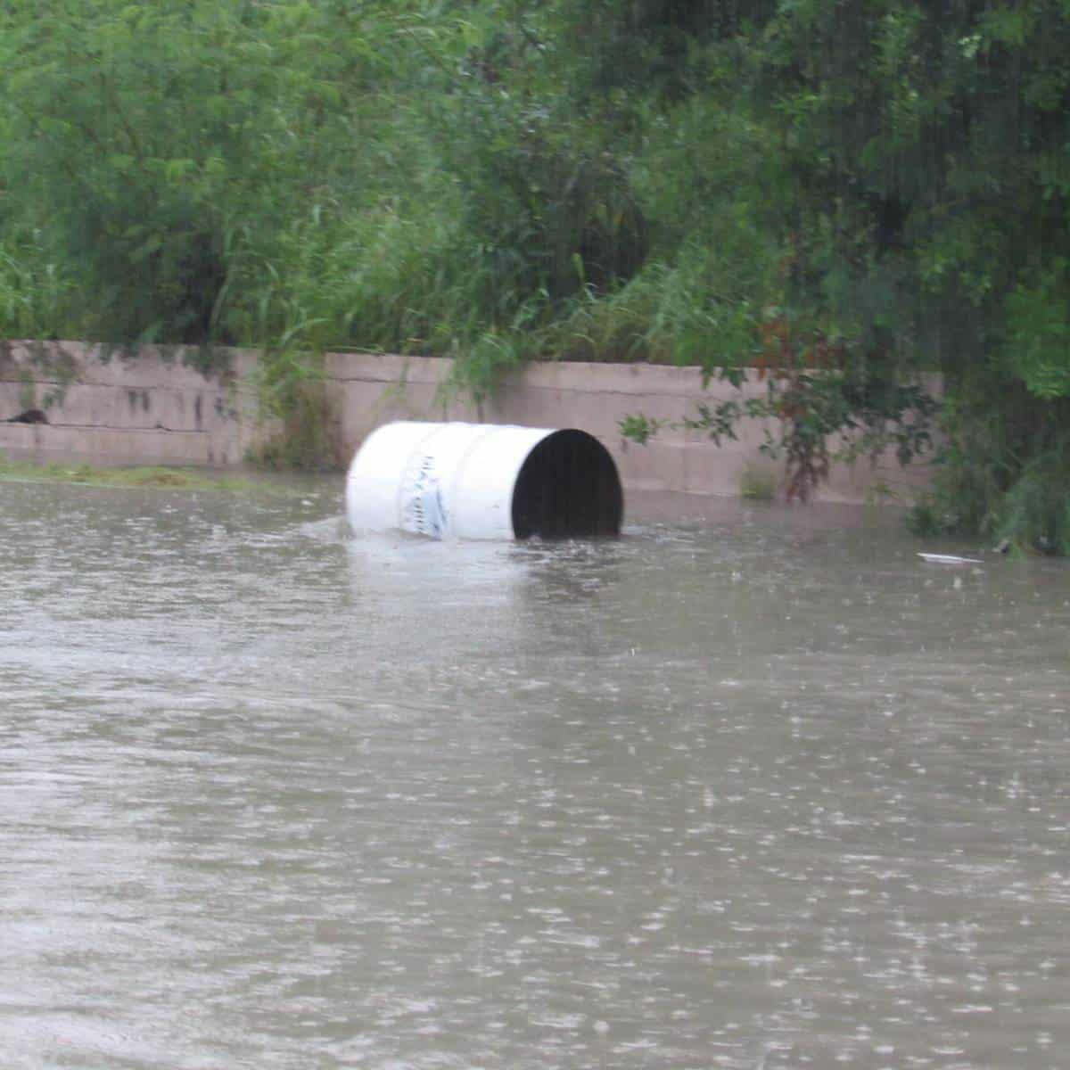 ARRASA. Hasta botes de basura arrastró la corriente en Díaz Ordaz.