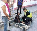 Motociclista se fractura la pierna tras chocar con un automóvil