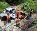 Vuelca auto tras chocar con señalamiento; hay un muerto y cinco heridos
