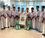 Honran niños tailandeses a buzo muerto