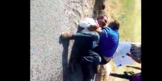 Momentos en que el conductor y el periodista Seth Rojas se enfrascaron a golpes
