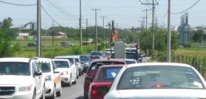Se resignan conductores al cierre de calle por obra