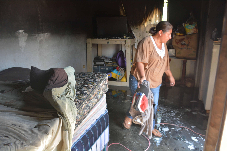 Una hermana de Hernández permanecía en espera de que el fuego se extinguiera para poder iniciar el desescombro.