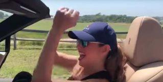 Thalia haciendo el reto de la chona challenge