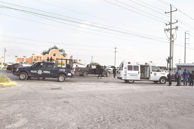 Choca. En su loca huída los tripulantes de la camioneta Ford F-150 impactaron una unidad donde viajaban empleados de una maquiladora.