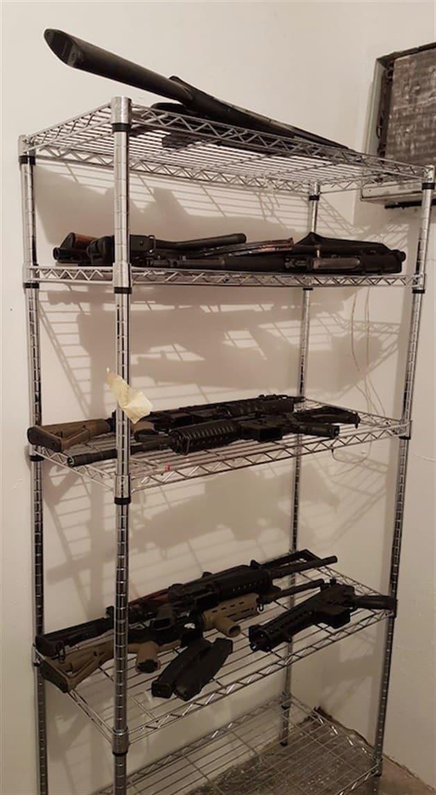 Incautan arsenal y narcopancartas
