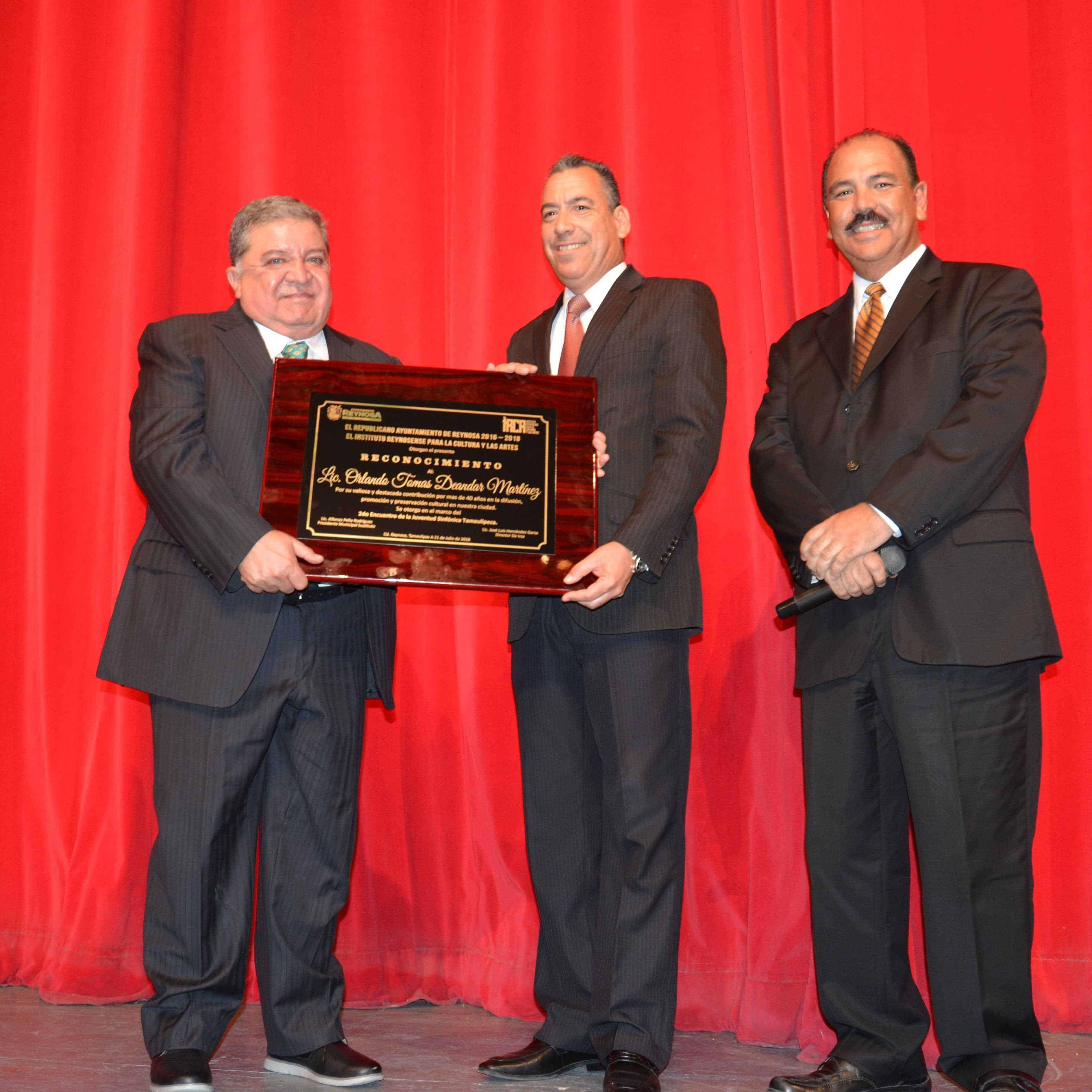RECONOCEN. Lic. Orlando Deándar Martínez recibe distinción por 40 años de promover la cultura en Reynosa.