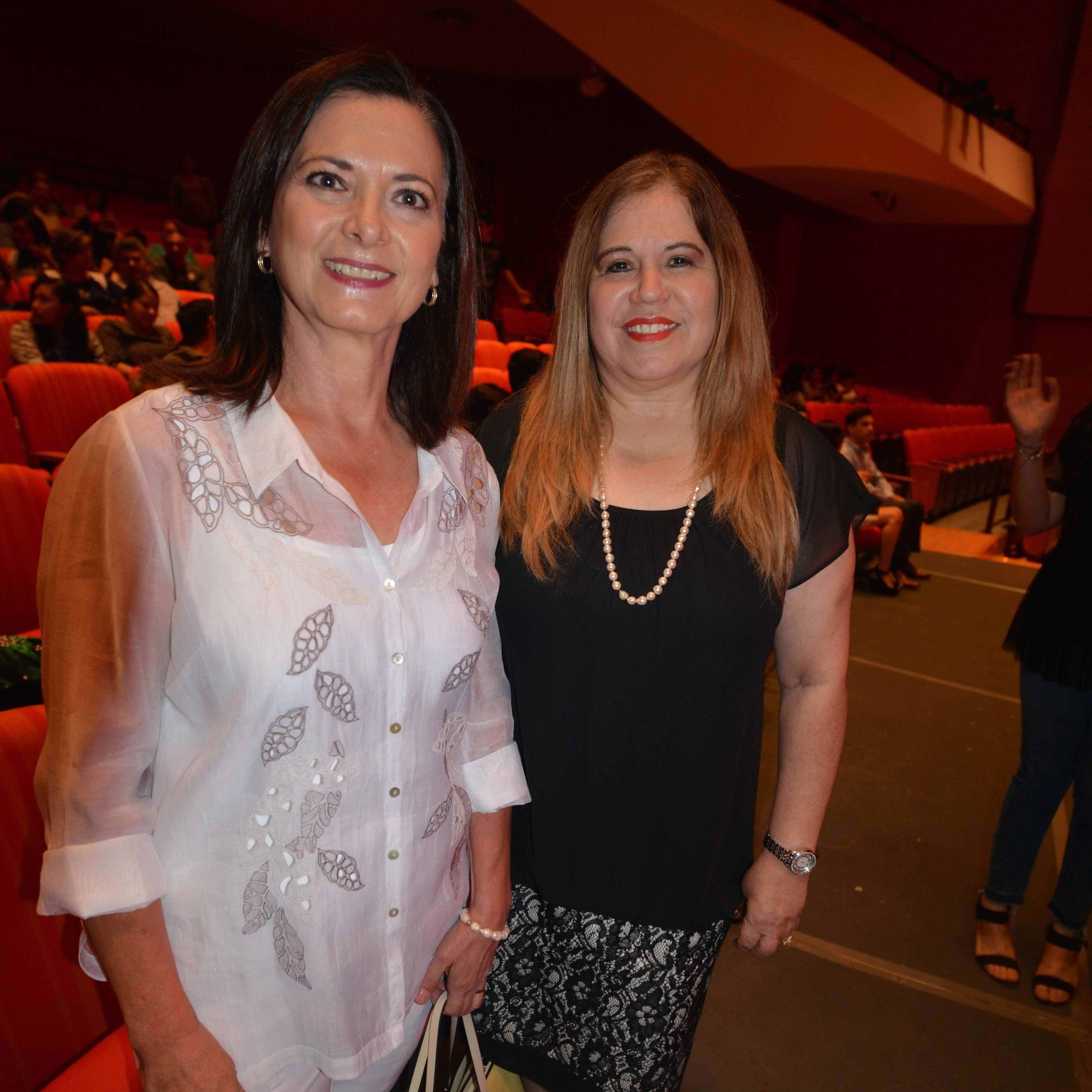 EN EL CONCIERTO. María Esther Camargo de Lubbert y Angelina Estrada de Hernández.