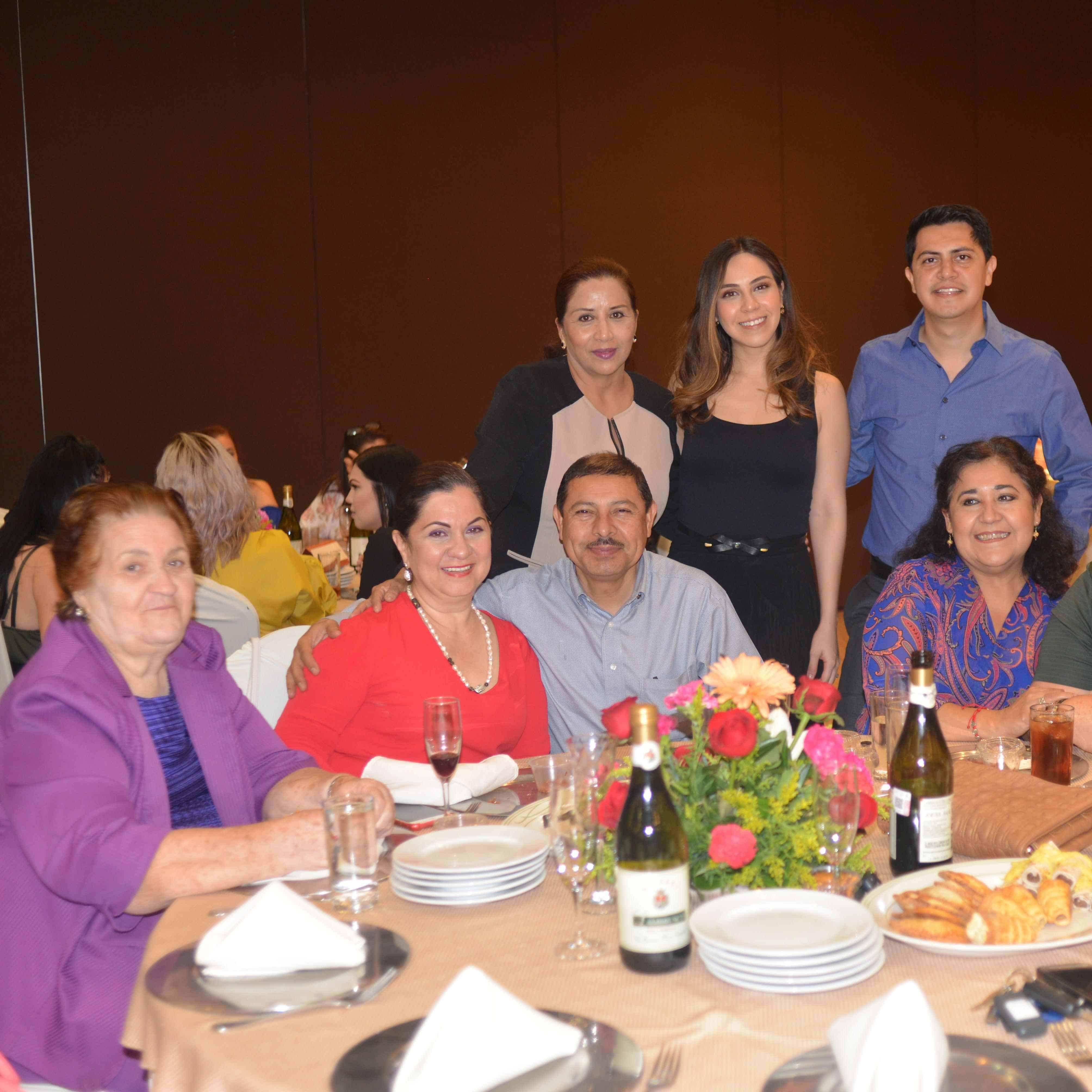 FAMILIA ROTARIA. Angélica, José Jesús, Erika, Maty, Martha, José Jesús, Norita.