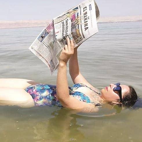 MAR MUERTO. Yadis Montes se llevó EL MAÑANA a sus vacaciones.