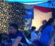 Bajo un sol abrasador esperan anuencia de EU, en Matamoros