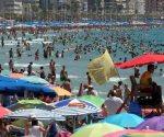 Tras ola de calor saturan playas en España