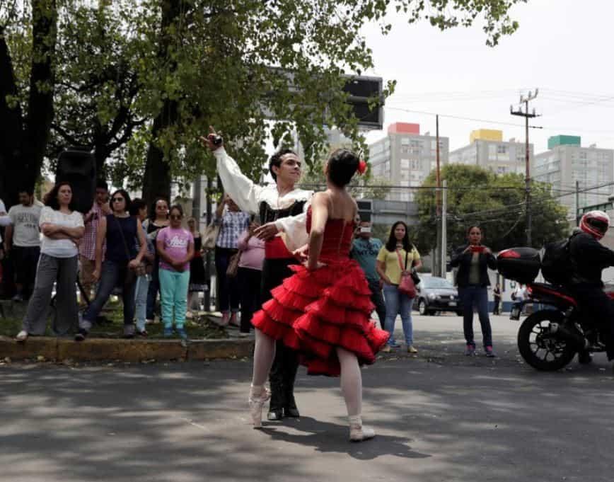Una pareja de bailarines actúa en una de las calles de Ciudad de México.