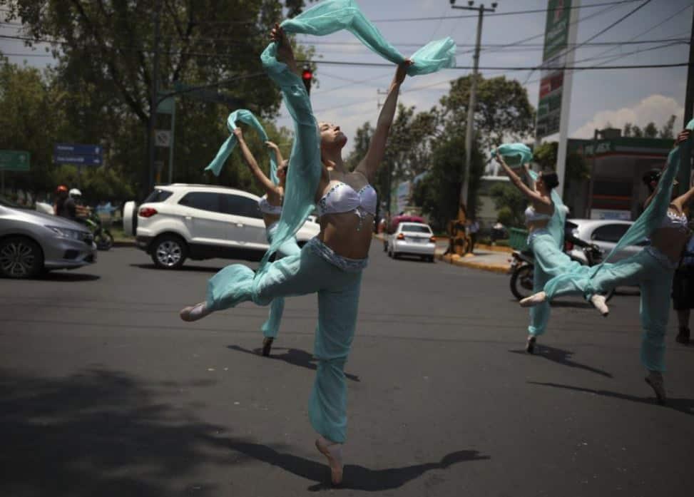 Según han declarado las bailarinas a varios medios, las representaciones, a pesar de su fugacidad, requieren una gran concentración y una fuerte preparación, ya que no es lo mismo actuar en la calle que sobre un escenario.