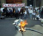 Incendian muñecos de Elba y Nuño afuera de la SEP