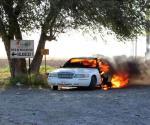 Consume el fuego auto en Ribereña. Queda convertido en chatarra