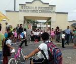Vuelven a cerrar escuela primaria. Colocan candados en accesos