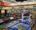 Encañona a empleados de tienda de conveniencia