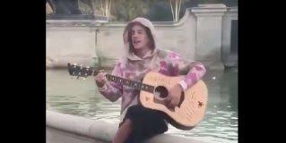 Justin Bieber le da una serenata a Hailey Baldwin en Londres